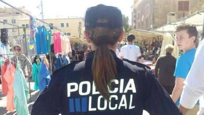 Un policía local en un mercado municipal.