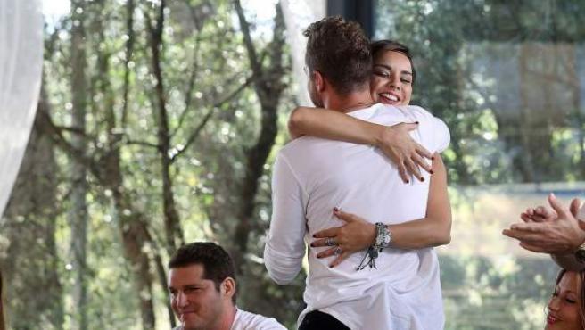 La cantante Chenoa abraza a su expareja y compañero en 'Operación Triunfo', David Bisbal, en 'OT. El reencuentro'.
