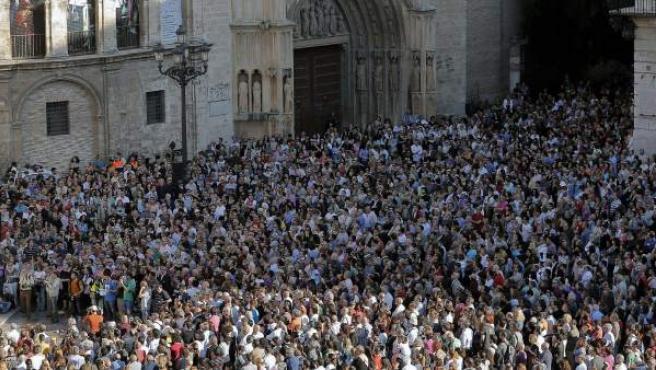 Miles de personas desbordan la plaza de la Virgen de Valencia para expresar su apoyo a la Asociación Víctimas del Metro del 3 de Julio en una de las concentraciones.