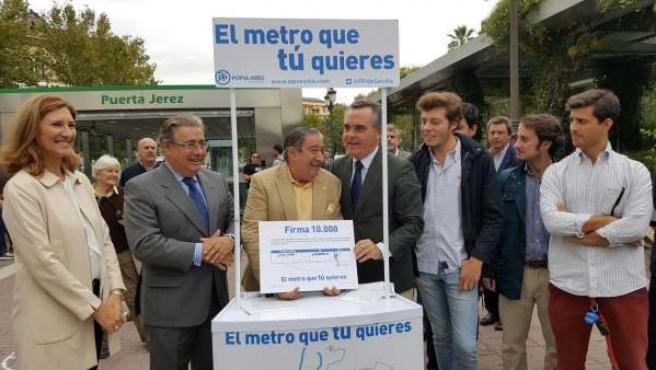 Bueno y Zoido recogen firmas por el metro de Sevilla