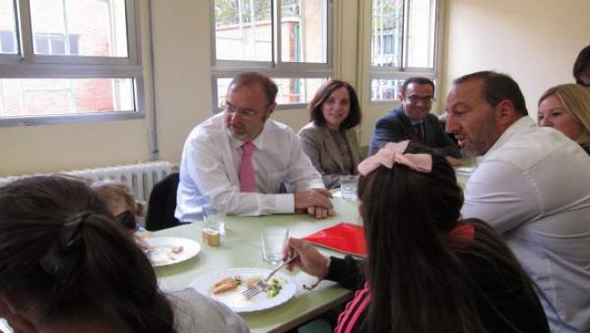 Fernando Rey (en el centro) en el comedor de un colegio