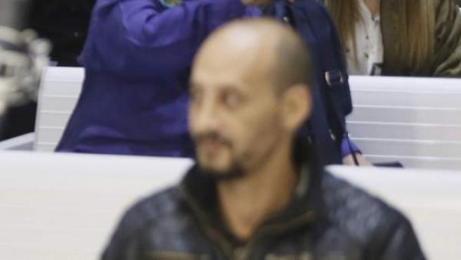 """El presunto líder """"ideológico y operativo"""" de una célula yihadista desarticulada en el barrio del Príncipe de Ceuta, Farid Mohammed Al Lal (d), durante el juicio en la Audiencia Nacional."""