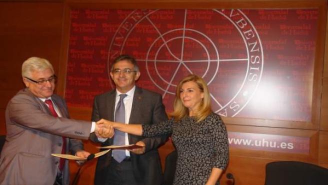 Firma del convenio de la Cátedra Aiqbe (Palacios, Ruiz y Resquejo)