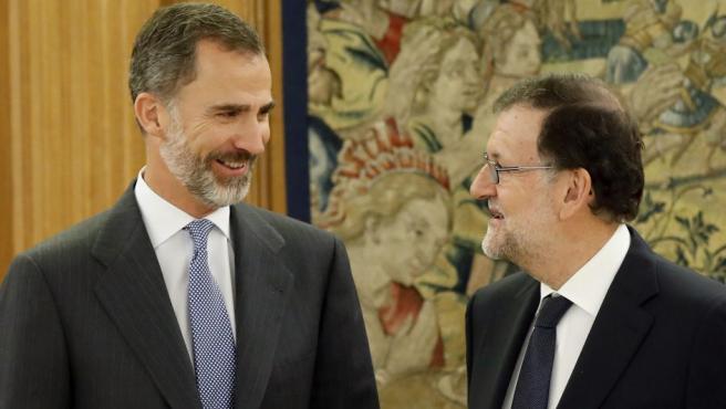 El rey Felipe VI recibe al presidente del Gobierno en funciones, Mariano Rajoy, en la segunda jornada de su ronda de contactos para buscar candidato a la investidura. El líder del PP ha aceptado el encargo del monarca para formar Gobierno.