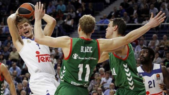 Jaka Blazic frena a Luka Doncic en el Real Madrid - Baskonia de la Euroliga.