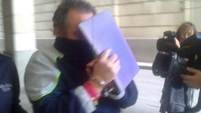 El hombre acusado de matar al vicario de San Isidoro de Sevilla, a su llegada a los juzgados.