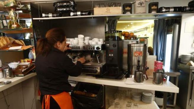 Un camarero trabajando en una cafetería.