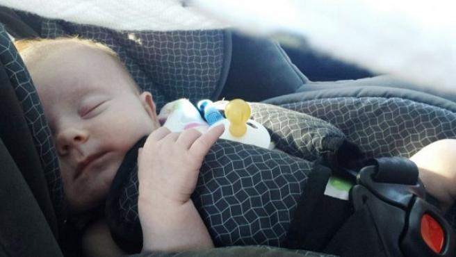 Si un bebé de seis meses viaja en el regazo de un adulto sería automáticamente despedido y aplastado por el mismo en un accidente.