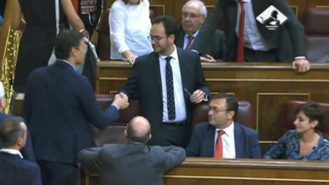 Pedro Sánchez saluda a Hernando a su llegada al Congreso.