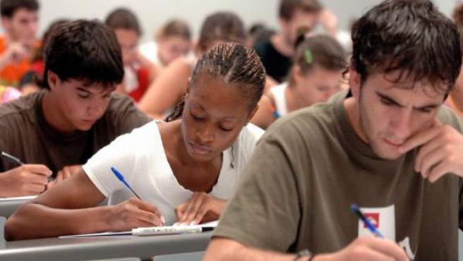 Un grupo de jóvenes realizando un examen.