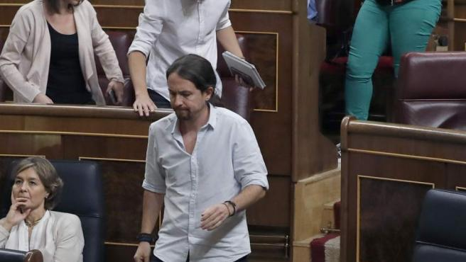Los disputados del grupo Unidos Podemos abandonan sus escaños después de que la presidenta del Congreso negara el turno de réplica por alusiones a Pablo Iglesias.