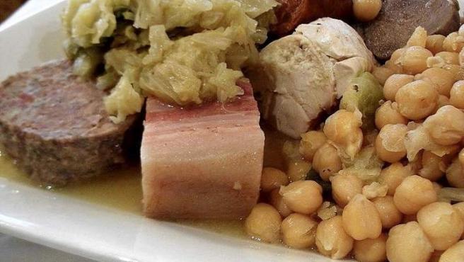 Todos los ingredientes de un cocido madrileño dispuestos para su disfrute.