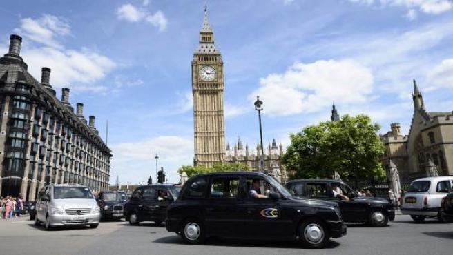 Decenas de taxis circulan delante del Big Ben durante una manifestación del gremio en Londres contra Uber.