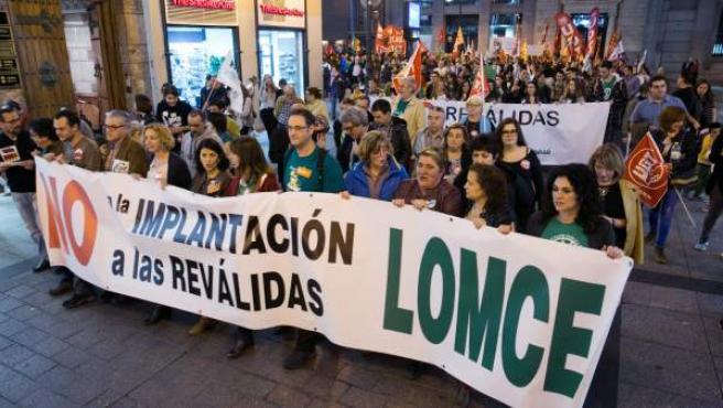 Unas mil personas han mostrado esta tarde su rechazo a la Lomce y la reválida en la concentración-manifestación convocada en Zaragoza.
