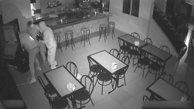Imagen facilitada por los Mossos d'Esquadra de la banda que robaba en máquinas tragaperras de bares de Barcelona.