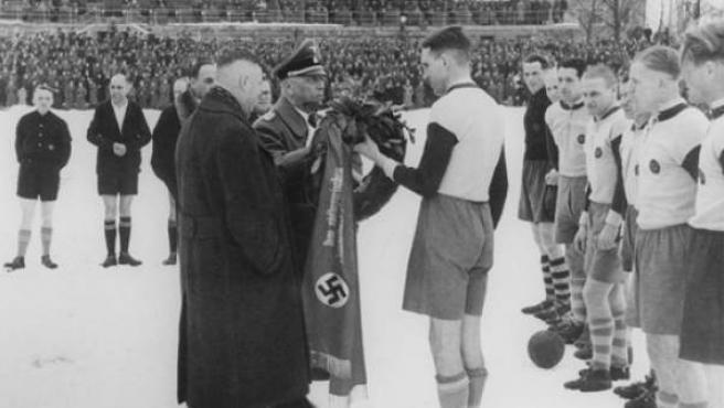 Jugadores del Bayern de Múnich, durante la época de la Alemania nazi.
