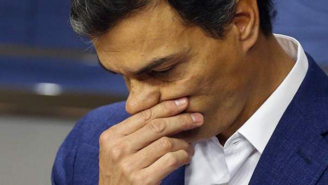 Momento en el que Pedro Sánchez se emociona tras renunciar a su acta de diputado.