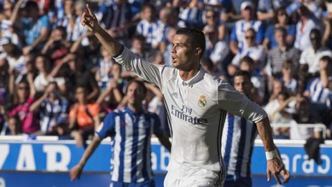 El delantero portugués del Real Madrid Cristiano Ronaldo celebra un gol marcado ante el Alavés.