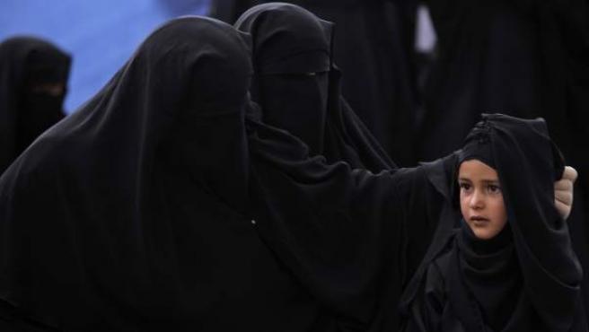 Una niña yemení, rodeada de mujeres con la indumentaria islámica integral.