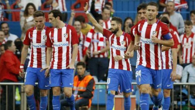 Los jugadores del Atlético de Madrid celebran uno de sus goles ante el Málaga.