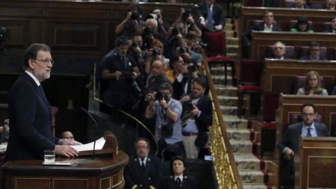 El presidente del Gobierno, Mariano Rajoy, durante su intervención en el debate de su investidura este 29 de octubre, ante, la mirada de diputados del PSOE