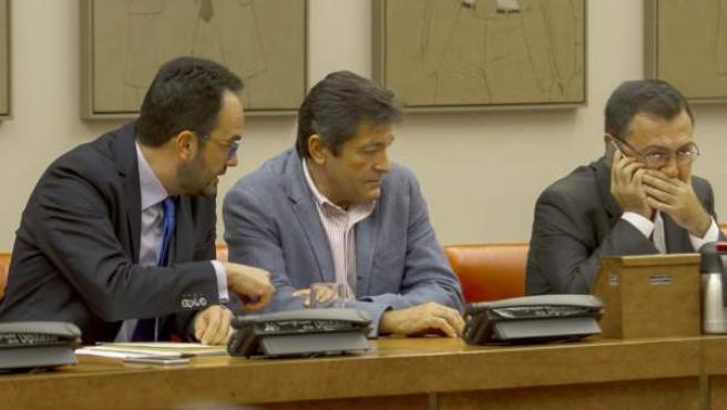 El presidente de la gestora del PSOE, Javier Fernández (c), en la primera reunión de este organismo.