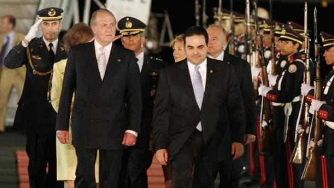 Antonio Saca en una imagen de archivo recibiendo al rey Juan Carlos en El Salvador.