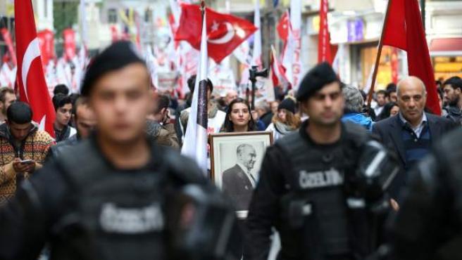 Antidisturbios controlando las protestas de esta semana en Turquía contra el Gobierno de Erdogan.