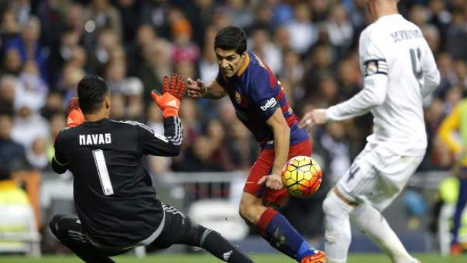 Luis Suárez marca, ante Keylor Navas y Sergio Ramos, en el Real Madrid - Barça del Bernabéu.