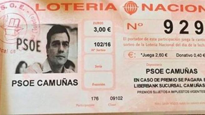 Imagen de una participación de la Lotería de Navidad del PSOE de Camuñas con la imagen de Pedro Sánchez.