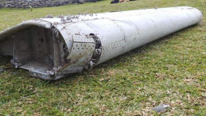 Fragmento un avión no identificado hallado en la isla de La Reunión, y que según las autoridades malasias corresponde a un Boeing 777, el mismo modelo que el avión desaparecido MH370 de la compañía Malaysian Airlines.