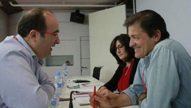 El primer secretario del PSC, Miquel Iceta, charla con el presidente de la gestora del PSOE, Javier Fernández, durante el Comité Federal.