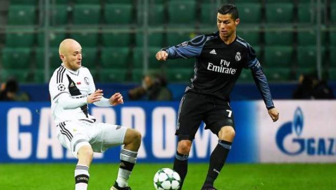 Cristiano Ronaldo presionado por Michal Pazdan en el Legia Varsovia - Real Madrid.