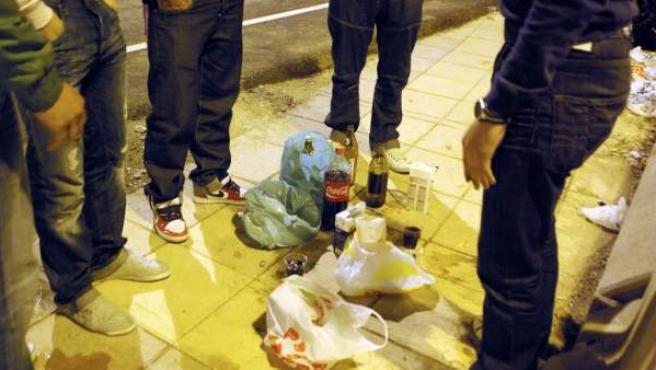 Jóvenes en un botellón en la calle, en una imagen de archivo.