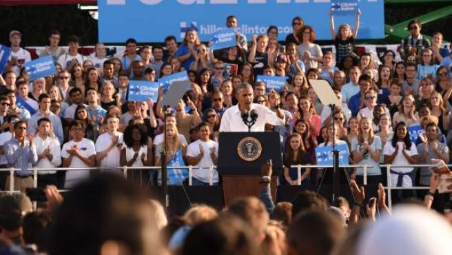 El presidente estadounidense, Barack Obama, participa en un evento de campaña a favor de la candidata presidencial demócrata, Hillary Clinton, en la Universidad de Carolina del Norte.