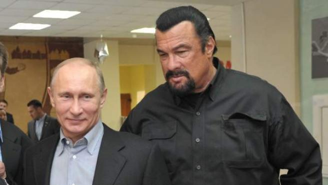 El presidente ruso Vladimir Putin junto al actor Steven Seagal en una foto de 2013.