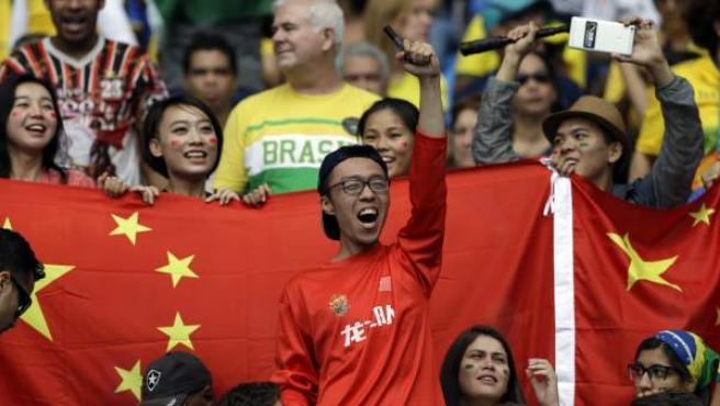 Aficionados chinos en un partido de fútbol.