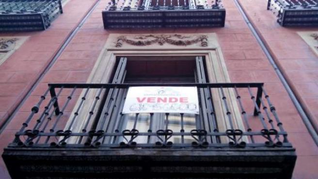 """El cartel de """"Se vende"""" en el balcón de un piso de Madrid."""
