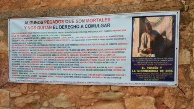 """Cartel en la iglesia de Viveros sobre """"pecados mortales""""."""