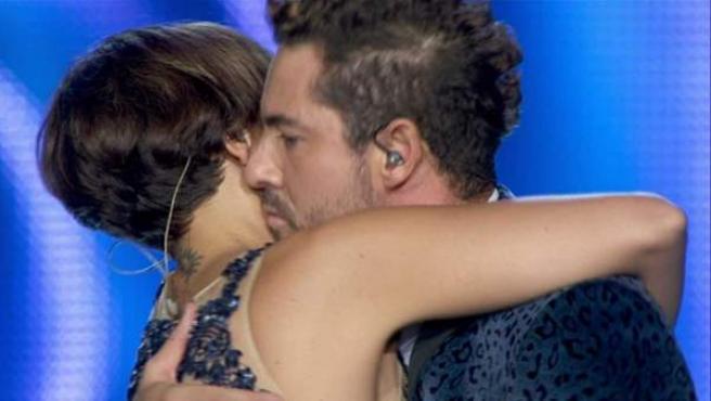 Chenoa y Bisbal, abrazados tras cantar 'Escondidos' momentos antes de la supuesta 'cobra'.