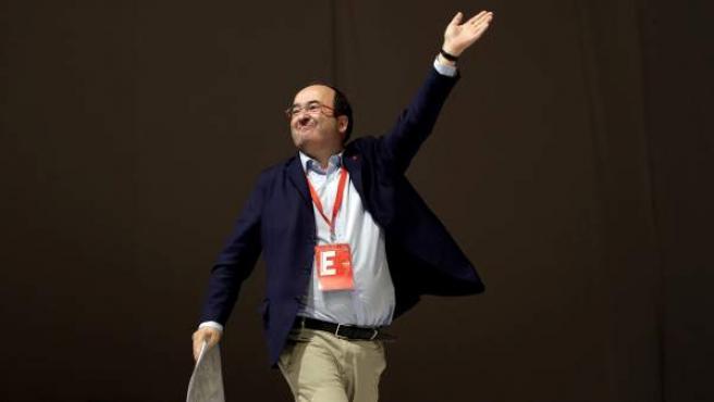 El líder del PSC, Miquel Iceta, saluda a sus compañeros tras ser ratificado como primer secretario de los socialistas catalanes durante la segunda jornada del congreso del PSC que se celebra este fin de semana en Barcelona.
