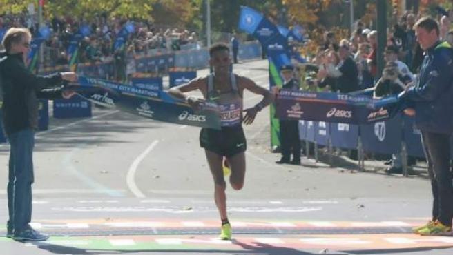 El eritreo Ghirmay Ghebreslasie ganó el primer maratón de Nueva York en el que competía en 2016.