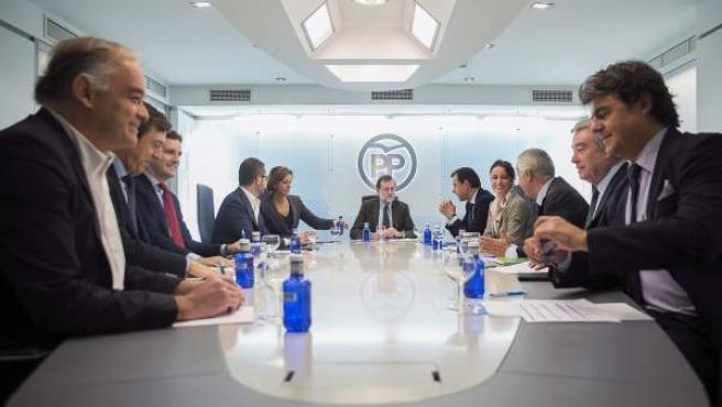 El presidente del Gobierno y del Partido Popular, Mariano Rajoy (fondo), durante la reunión del Comité de Dirección del partido en la sede del PP.