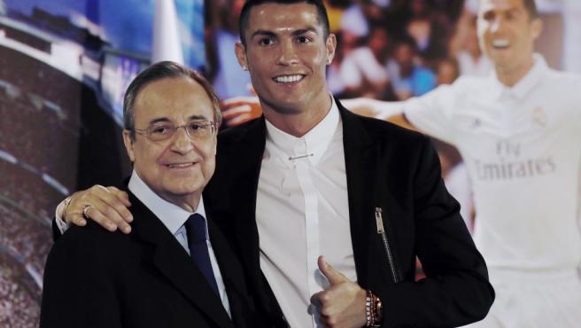 Cristiano Ronaldo, acompañado por Florentino Pérez, durante su última renovación de contrato con el Real Madrid.