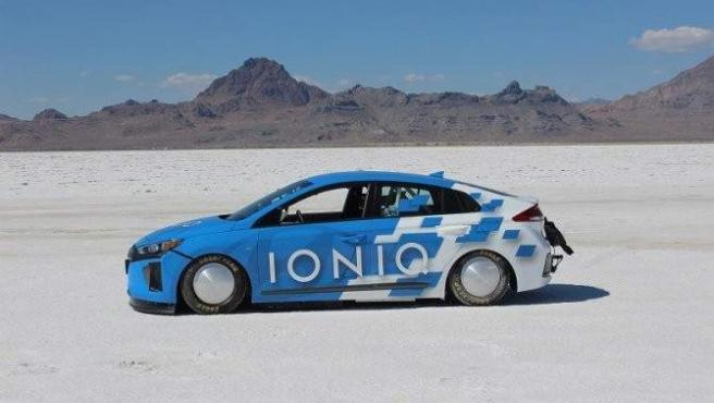 Un prototipo del Hyundai Ioniq híbrido ha logrado en Estados Unidos un récord de velocidad sobre tierra de 254 km/h (157,825 mph), ha informado la marca. El vehículo, que ha sido desarrollado por el equipo de ingeniería de Hyundai Motor América, ha utilizado óxido nitroso y una aerodinámica específica para establecer la citada marca en el desierto de sal Bonneville Salt Flats, en Utah (Estados Unidos).