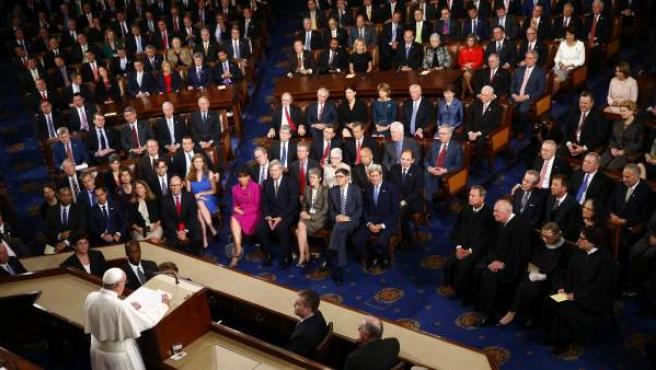 El papa Francisco (i) tras su discurso junto al vicepresidente de EEUU, Joe Biden (2d) y al presidente de la Cámara de Representantes, el republicano John Boehner (d) en el Congreso en Washington DC, Estados Unidos.
