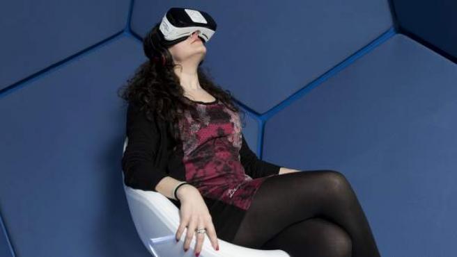 Una joven ve un corto animado en 360 grados con una gafas de realidad virtual.