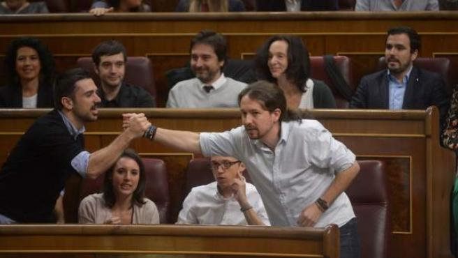 Espinar e Iglesias se saludan, con Montero y Errejón sentados, en la última sesión de investidura.