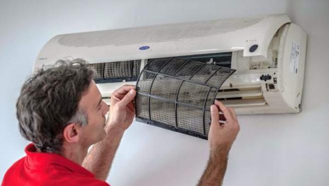 Un técnico supervisa una instalación de aire acondicionado.