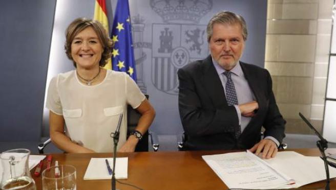 El ministro de Educación, Cultura y Deporte y portavoz del Gobierno, Iñigo Méndez de Vigo, junto a la ministra de Agricultura, Pesca y Alimentación, Isabel Tejerina.